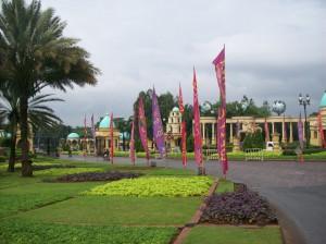 Jalan masuk ke Kota Wisata Cibubur