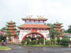 Gerbang Kemakmuran Kampung Cina Kota Wisata
