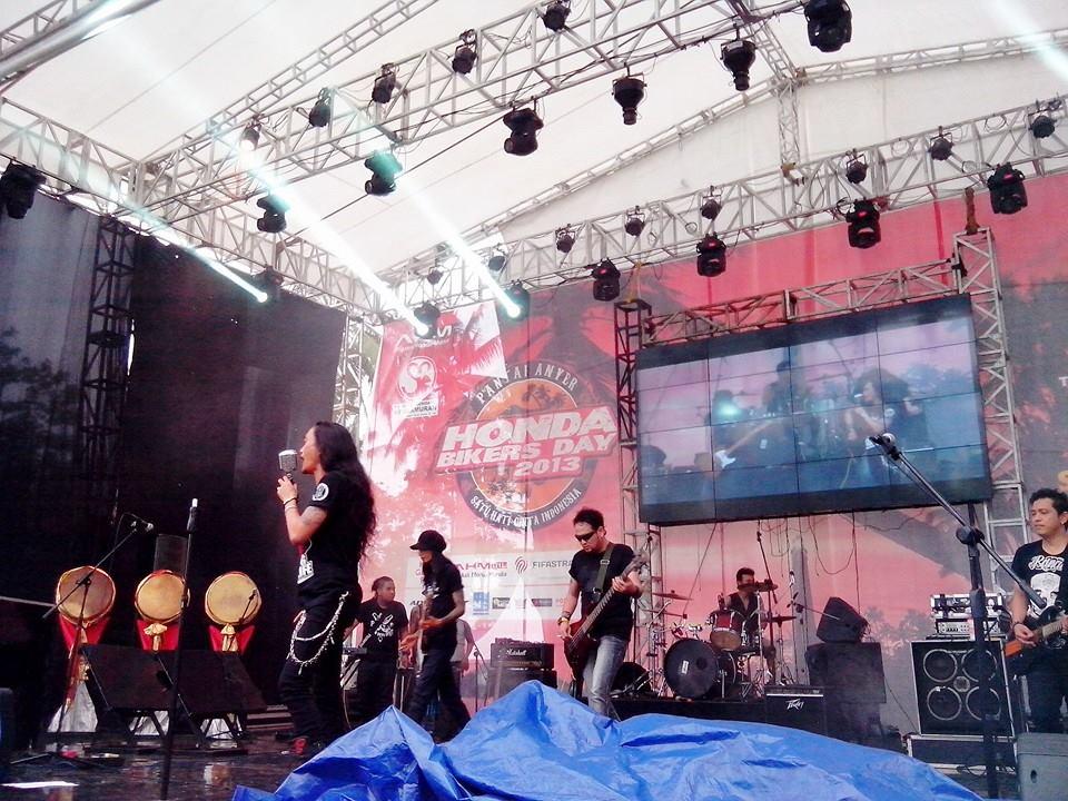Pertunjukan Band yang memacu adrenalin di HBD 2013