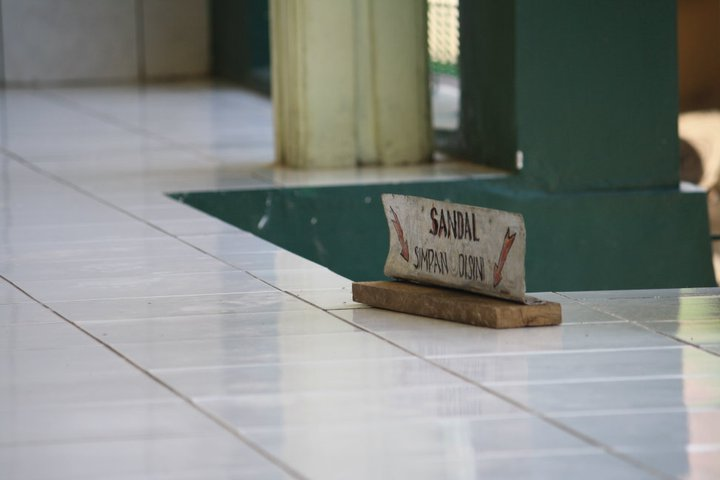 Sandal simpan di sini...