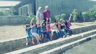 Abah  dan Nene berkumpul bersama cucu-cucunya (dokpri)