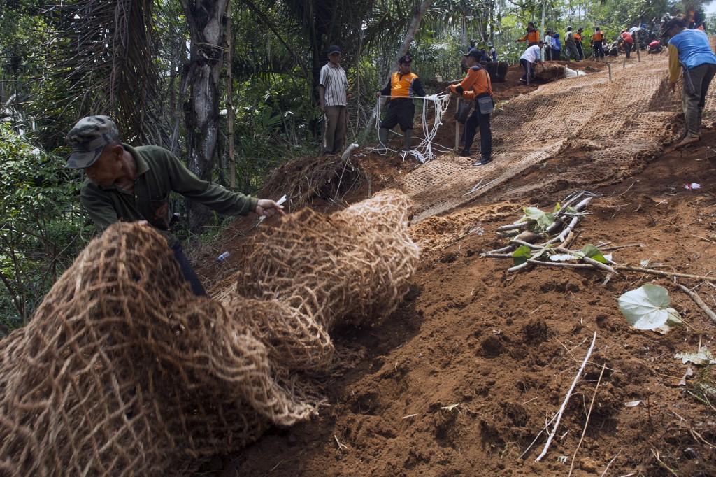 Pemasangan jaring pengaman dari sabut kelapa