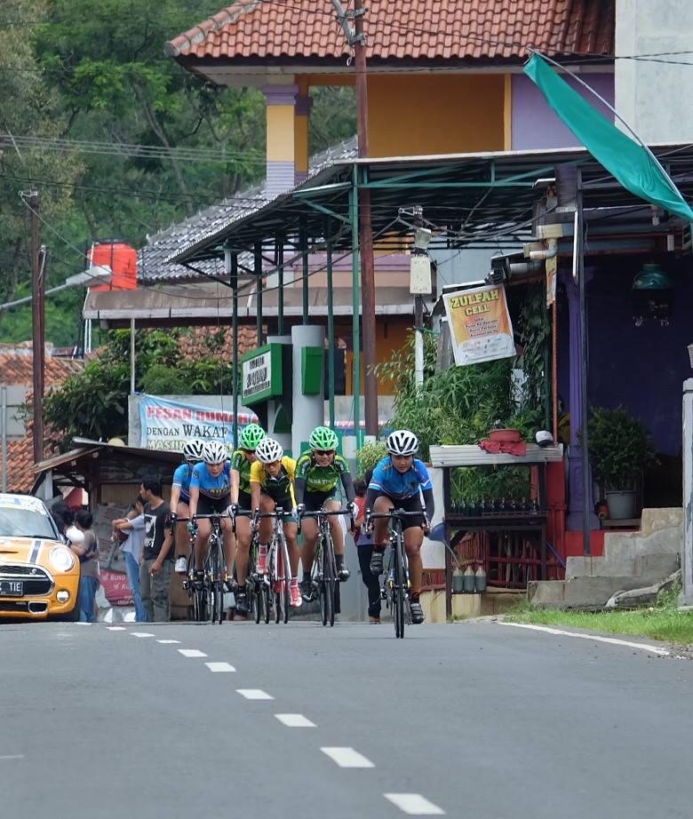 Atlet balap sepeda putri nomer ITT PONJabar2016 ketika melintas di Sagalaherang